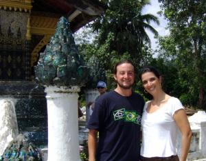 Eu e Karina no templo Vat Xieng Thong em Luang Prabang
